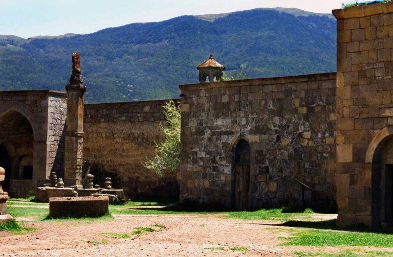 Татевский монастырь столб